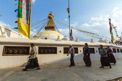 Budistas en Boudanath Foto de archivo