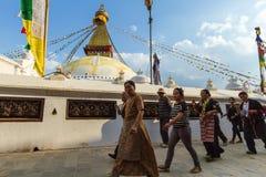Budistas en Boudanath Imágenes de archivo libres de regalías