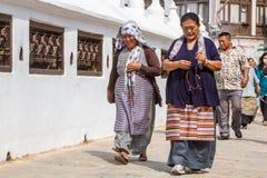 Budistas en Boudanath Imagen de archivo