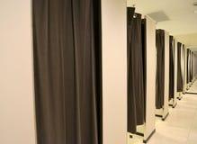 Budka trafni pokoje w sklepie odzieżowym fotografia stock