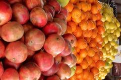 Budka z owoc i warzywo w piwo rolników rynku fotografia stock