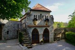 Budować wśrodku fortecy z dwa schodkami i drzwiami fotografia royalty free