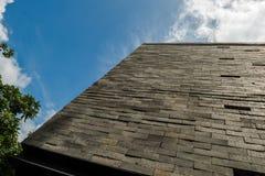 Budować Ścienną powierzchowność z rozstawu niebem jako tło Zdjęcie Stock