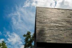 Budować Ścienną powierzchowność z rozstawu niebem jako tło Fotografia Stock