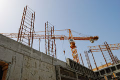 Budować basztowego żurawia przeciw betonowi i niebu Obrazy Royalty Free