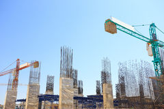Budować cementowego filar w budowie z niebieskim niebem Zdjęcie Stock