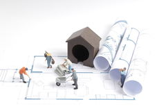 budować dom na projektach z pracownik budową zdjęcie stock