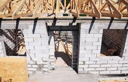 Budować domowego conctruction z dekarstwo budową Budować dachowy z drewnianymi promieniami, bele, flisacy, trusses fotografia royalty free