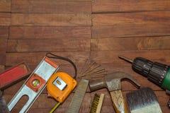 Budować narzędzia na drewnianym tle Zdjęcia Royalty Free