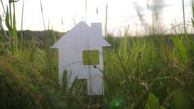 Budować szczęśliwego styl życia budowy domu rodzinnego pojęcie papierowi domów stojaki w zielonej trawie w naturze symbolu życie zbiory