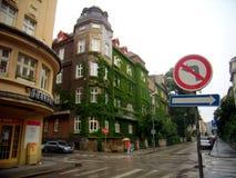 Budować w Bratislava z wspinaczkowym ogródem na swój fasadzie zdjęcia royalty free
