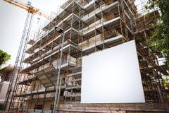 Budować w budowie, z bielu pustym bilbord w przodzie zdjęcie royalty free