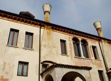 Budować z dwa wielkimi grabami i szczegół w Treviso w Veneto (Włochy) Obraz Stock
