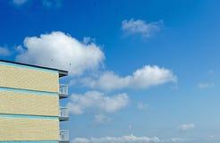 Budować z niebieskiego nieba tłem obrazy royalty free