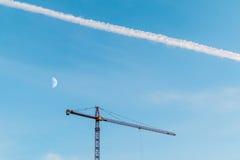 Budowa żuraw, ślad samolot i księżyc, Obraz Royalty Free