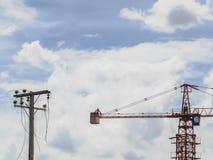 Budowa żuraw i stary eklektyczny słup Zdjęcie Royalty Free