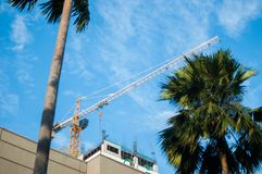 Budowa żuraw na górze niedokończonego budynku Fotografia Royalty Free