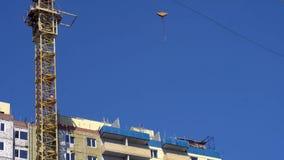 Budowa żuraw przy budową multistory budynek zbiory wideo