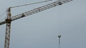 Budowa żuraw w drodze zbiory wideo