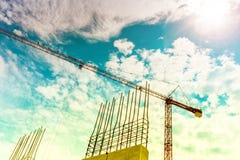 Budowa żurawia budynku domy i drapacze chmur Dźwigowa sylwetka na budowie, przemysłowy narzędzia zbliżenie Obrazy Stock