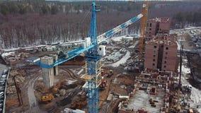 Budowa żurawia pracy na budynku nowi domy Blisko lasu zbiory