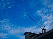 Budowa żurawia przemysłu miejsce dla wysokiego budynku i niebieskiego nieba tła z kopii przestrzenią Fotografia Royalty Free