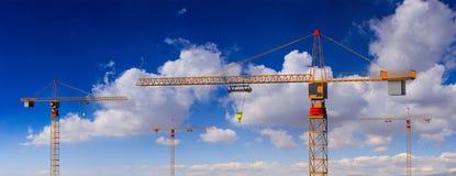 Budowa żurawie na błękitnym chmurnego nieba tle ilustracja 3 d ilustracji