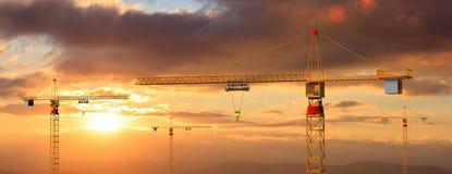 Budowa żurawie na zmierzchu lub wschodu słońca tle ilustracja 3 d ilustracji