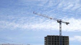 Budowa żurawie pracuje na budynek budowie zdjęcie wideo