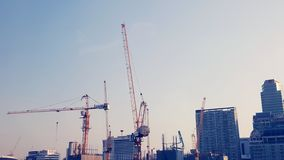 Budowa żurawie w Bangkok Wysocy żurawie biegają budowę w kapitale Wieżowiec budowa obrazy royalty free