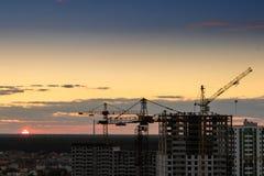 Budowa basztowy żuraw, Przemysłowi budowa żurawie na zadziwiającym zmierzchu nieba tle obraz stock