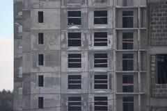 Budowa betonu budynek mieszkaniowy z wysokim żurawiem Podnosi jatę na w górę tła niedokończony obraz stock