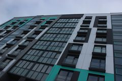 Budowa betonu budynek mieszkaniowy z wysokim żurawiem Podnosi jatę na w górę tła niedokończony obrazy royalty free