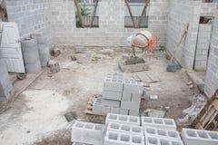 Budowa bloki przy budynku jardem Budynku i żużlu bloki Fotografia Stock