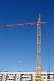 Budowa budynek mieszkalny i żuraw zdjęcie stock