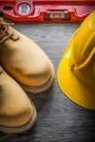 Budowa ciężkiego kapeluszu równi zbawczy rzemienni buty na drewnianej desce Zdjęcia Royalty Free
