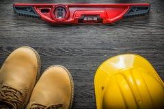 Budowa ciężkiego kapeluszu równi zbawczy wodoodporni buty na drewnianym bo Obraz Stock