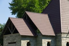 budowa domu Szczegół pokrywać się dekarstwo płytki Zdjęcie Stock