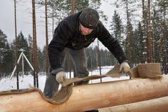 Budowa drewniane chałupy, Woodworker izoluje beli ścianę Zdjęcie Stock