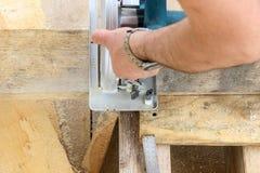 Budowa drewniany ramowy dom - ciący kurendę zobaczył z deskami zdjęcia stock
