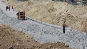 Budowa drogi - instalacja krawężniki zbiory
