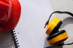 Budowa hełm jest symbolem bezpieczeństwo w miejsce pracy zestawów narzędzi Zbawczego pojęcia Selekcyjna ostrość obraz royalty free