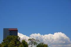 Budować i bielu chmury Obrazy Stock