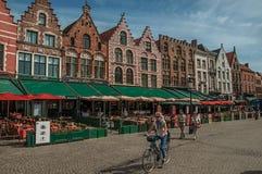 Budować i ludzie przy targowym kwadratem w Bruges Zdjęcie Stock