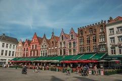 Budować i ludzie przy targowym kwadratem w Bruges Obraz Royalty Free