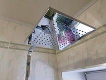 Budowa i naprawa - brać prysznić w łazience na chrom drymbie zdjęcia royalty free