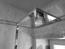 Budowa i naprawa - brać prysznić w łazience na chrom drymbie zdjęcia stock