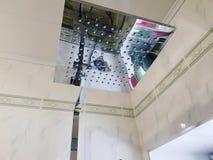 Budowa i naprawa - brać prysznić w łazience na chrom drymbie obraz stock