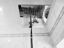 Budowa i naprawa - brać prysznić w łazience na chrom drymbie fotografia royalty free