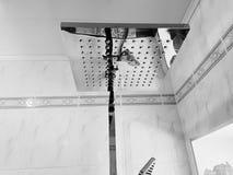 Budowa i naprawa - brać prysznić w łazience na chrom drymbie zdjęcie stock